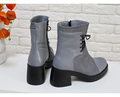 Ботинки на шнурках из натуральной замши и кожи серого цвета, на устойчивом, не высоком каблуке черного цвета, Коллекция Осень-Зима, Б-1607
