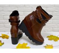 Ботинки женские из натуральной лаковой кожи цвета коньяк и танкетки практичного черного цвета, Б-405