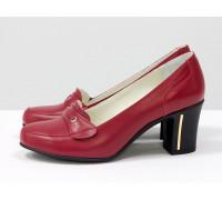 Классические удобные кожаные туфли на устойчивом среднем каблучке, выполнены из натуральной кожи красного цвета,  Т-201-06