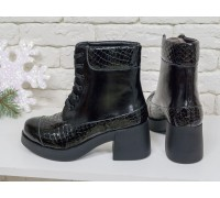 Ботинки на шнурках в черной лаковой коже со вставками из глянцевой текстурированной кожи с рисунком питон, на устойчивом каблуке черного цвета,  Б-16081