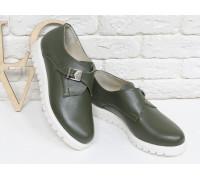 Туфли Монки из натуральной кожи болотного цвета с металлической пряжкой на низком ходу на белой подошве, Т-16611-03