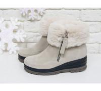 Нарядные женские ботинки из натуральной замши нежно-бежевого цвета с меховой опушкой в  тон, на удобной не высокой танкетке, Коллекция Осень-Зима, Б-17115