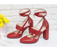 Яркие дизайнерские туфли из натуральной кожи красного цвета на устойчивом обтяжном каблуке, сверху предусмотрен ремешок,  Лимитированная серия, Д-19