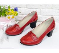 Яркие удобные туфли на устойчивом среднем каблучке, выполнены из натуральной кожи двух разных текстур в красном цвете,  Т-201-04