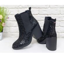 Ботинки свободного одевания из натуральной кожи цвета черное серебро с треугольным орнаментом, на устойчивом каблуке, с широкой черной резинкой, Коллекция Осень Зима,  Б-17330-08