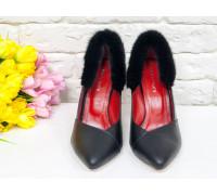 Туфли-лодочки на шпильке из натуральной кожи классического черного цвета и вставками натурального меха норки, с невероятным сочетанием стельки красного цвета, Т-1701/3-01