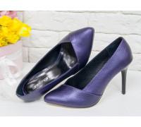 Классические Туфли-лодочки на шпильке из натуральной кожи фиолетового цвета с перламутровым переливом, внутри выполнены из черной кожи шевро, Т-1701-17