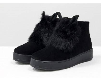 Не обычные игривые женские ботинки из натуральной замши насыщенного черного цвета с ушками и меховой вставкой из натурального кролика, на удобной не высокой танкетке, Коллекция Осень-Зима, Б-17117-03