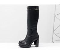 Сапоги женские из натуральной кожи-флотар черного цвета на молнии с ремешком из черной кожи на устойчивом каблуке, Коллекция осень-зима, М-410-04