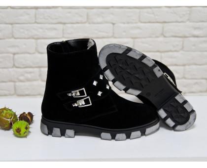 Ботинки в черной замше с заклепками и пряжками на черно-серой подошве, коллекция осень-зима, Б-1660