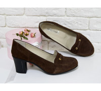 Классические туфли на устойчивом среднем каблучке, выполнены из натуральной замши коричневого цвета, Коллекция Весна-Осень, Т-201зк