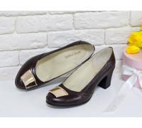 Классические женские Туфли из натуральной кожи коричневого цвета на устойчивом не высоком каблуке с золотой-зеркальной фурнитурой, Т-200-01