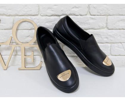 Слиппоны из натуральной кожи черного цвета на прорезиненной черной подошве, с фурнитурой на носке, Коллекция Весна-Осень, Б-442-01