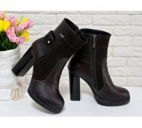 Ботинки в темно-коричневой коже и замше с отделкой в виде замшевого ремешка с застежкой, на высоком и устойчивом каблуке черного цвета, Б-1710