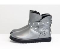 Зимние ботиночки в стиле UGG из натуральной кожи флотар серого цвета с перламутровым блеском, украшены  ремешками с металлическими заклепками, Коллекция Осень-Зима от GF, Б-17114-07