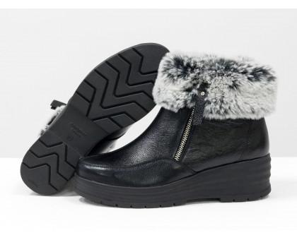 Классические женские зимние ботинки из натуральной блестящей кожи черного цвета с меховой опушкой, на удобной невысокой танкетке, Б-17115-03