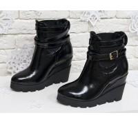 Ботинки женские из натуральной лаковой кожи черного цвета на танкетке практичного черного цвета, Б-405