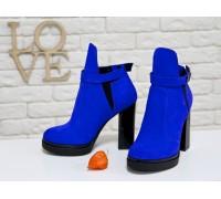 Супер популярные женские Ботинки из натуральной замши цвета синий электрик с резиновой вставкой сверху отделка в виде ремешка с застежкой на высоком и устойчивом каблуке,  Коллекция Осень-Зима, Б-1664