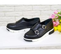 Туфли из натуральной кожи черного цвета с металлическими пряжками на черно-белой подошве коллекция осень-зима 2016-2017, Т-1669