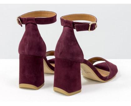 Классические босоножки с закрытой пяткой, на расклешенном каблуке, с ремешком вокруг щиколотки, выполнены из натуральной итальянской замши бордового цвета, Новая Коллекция Весна-Лето от Gino Figini, С-2011-06