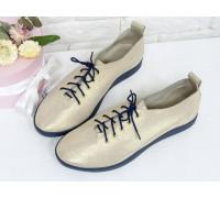 Невероятно легкие туфли-кеды из натуральной кожи нежно-золотого цвета с лазерным напылением на темно-синей эластичной подошве и синей шнуровке , Т-17412