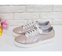 Спортивные туфли на шнуровке из натуральной кожи нежно розового цвета с эффектом перламутра и вставками из серебряной кожи, на яркой белой подошве, Д-33