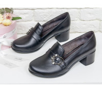 Женские Туфли из натуральной кожи черного цвета на устойчивом не высоком каблуке, украшены спереди ремешком с пряжкой серебряного цвета с жемчугом и камнями,  Т-17418-02