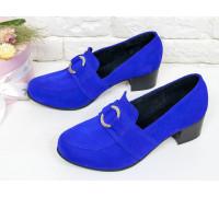 Женские Туфли на устойчивом не высоком каблуке из натуральной замши ярко-синего цвета, украшены спереди ремешком с металлической пряжкой в виде кольца,  Т-17417-01