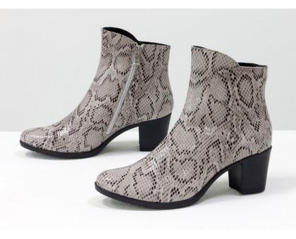 Лимитированная серия. Нарядные женские ботинки на устойчивом невысоком каблуке из натуральной итальянской кожи серо-коричневого цвета с текстурой питон, Б-154-05