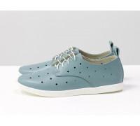 Легкие туфли из натуральной кожи серо-голубого цвета с перфорацией по всей поверхности, на белой эластичной подошве и белой шнуровке, Д-16-07