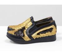 Нарядные Кеды из натуральной кожи черного цвета в комбинации с двухсторонними пайетками  черно-золотого цвета на практичной черной подошве, Т-17055-09