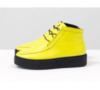 Невероятно-яркие и стильные женские ботинки-кеды из натуральной кожи желтого цвета на контрастной шнуровке, в стиле Chukka Boots, на удобной прорезиненной подошве черного цвета, Коллекция Осень-Зима, Б-17111-05