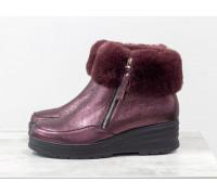 Классические женские ботинки из натуральной бордовой кожи с перламутровым переливом, украшены сверху меховой опушкой, на удобной не высокой танкетке, Коллекция Осень-Зима, Б-17115-01
