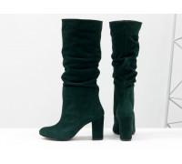 Сапоги-гармошки свободного одевания из натуральной замши насыщенного зеленого цвета, на невысоком обтяжном каблуке, Коллекция Осень-Зима, М-17400/1-03