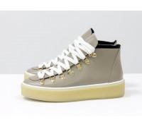 Спортивные ботинки бежевого цвета, из натуральной коже, с большими металлическими подшнуровками, на прорезиненной подошве в тон, Б-17406-05