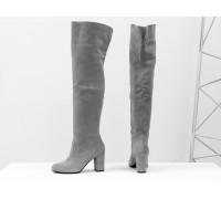 Ботфорты свободного одевания светло-серого цвета, на невысоком устойчивом каблуке, выполнены из натуральной замши, Коллекция Осень-Зима от Джино Фиджини, М-18127-04