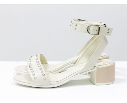 Удобные нарядные босоножки на невысоком каблуке, выполнены из натуральной  кожи молочного цвета с перламутром и украшены полусферами мелкого жемчуга, С-1814-06