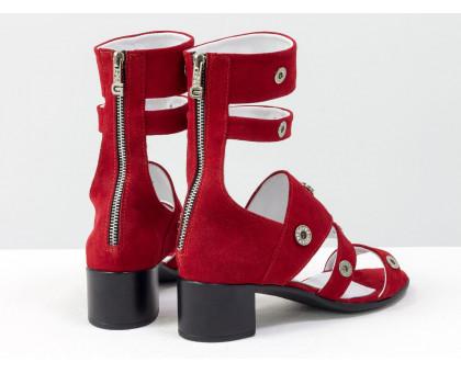 Удобные нарядные Босоножки гладиаторы на невысоком каблучке, выполнены из натуральной  замши красного цвета и украшены серебряной фурнитурой с камнями, С-1816-03