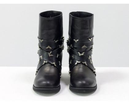 Завышенные ботинки свободного одевания из плотной натуральной кожи черного цвета, украшены кожаные ремешками с серебряной фурнитурой по всей длине, ручная работа!  Коллекция Осень-Зима, Б-1832-01