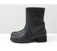 Завышенные ботинки свободного одевания из плотной натуральной кожи черного цвета с перламутром, украшены кожаные ремешками, Коллекция Осень-Зима от Джино Фиджини, Б-1832-02