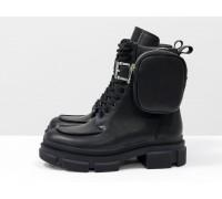 Эксклюзивные ботинки на шнуровке из натуральной гладкой черной кожи на тракторной подошве с пристегивающимся кармашком на молнии, Коллекция Осень-Зима, Б-20105-01