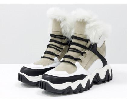 Зимние спортивные ботинки с ярко-белым эко-мехом, из бежевой замши и вставками белой и черной кожи, на модной высокой тракторной подошве, Новая коллекция Осень Зима от Джино Фиджини,  Б-20106-03