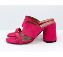 Классические шлепанцы на расклешенном обтяжном каблуке, выполнены из натуральной итальянской замши малинового цвета, Новая Коллекция Весна-Лето от Gino Figini, С-2016-12