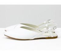 Дизайнерские туфли с удлиненным носиком и открытой пяткой, из натуральной итальянской зернистой кожи белого цвета, на плоской подошве с небольшим каблуком, С-2030-08