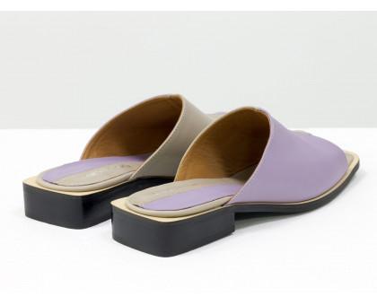 Стильные дизайнерские двухцветные шлепки с  квадратным носиком из натуральной итальянской кожи лавандового и бежевого цвета с яркой кожаной стелькой, на квадратном современном каблуке, С-2039-04