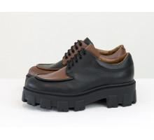 Эксклюзивные туфли, которые сочетают в себе стиль  дерби и лоферов, выполнены из натуральной кожи черного и коричневого цвета, на утолщенной тракторной подошве, Т-2046-10
