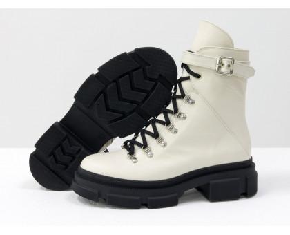 Светлые берцы на шнуровке и на высокой тракторной подошве, из натуральной молочной кожи, новая зимняя коллекция от Джино Фиджини, Б-2065-04