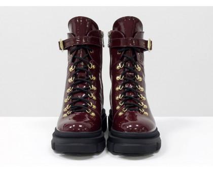 Стильные бордовые лаковые берцы на шнуровке и на высокой тракторной подошве, новая зимняя коллекция от Джино Фиджини, Б-2065-07