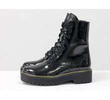 Женские лаковые ботинки на шнуровке в стиле Dr. Martens, выполнены из натуральной лаковой кожи черного цвета, на утолщенной подошве с желтой отстрочкой, Б-2069-06