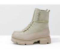Нюдовые ботинки на высокой шнуровке, выполнены из натуральной итальянской кожи и замши бежевого цвета, на тракторной подошве с глубоким протектором, Б-2075-01
